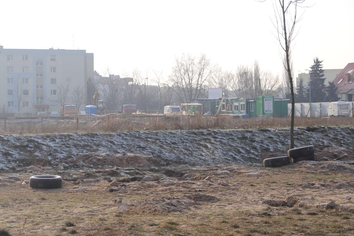 Aktualnie wykonawca realizuje przede wszystkim etap prac ziemnych i przygotowanie do betonowania.