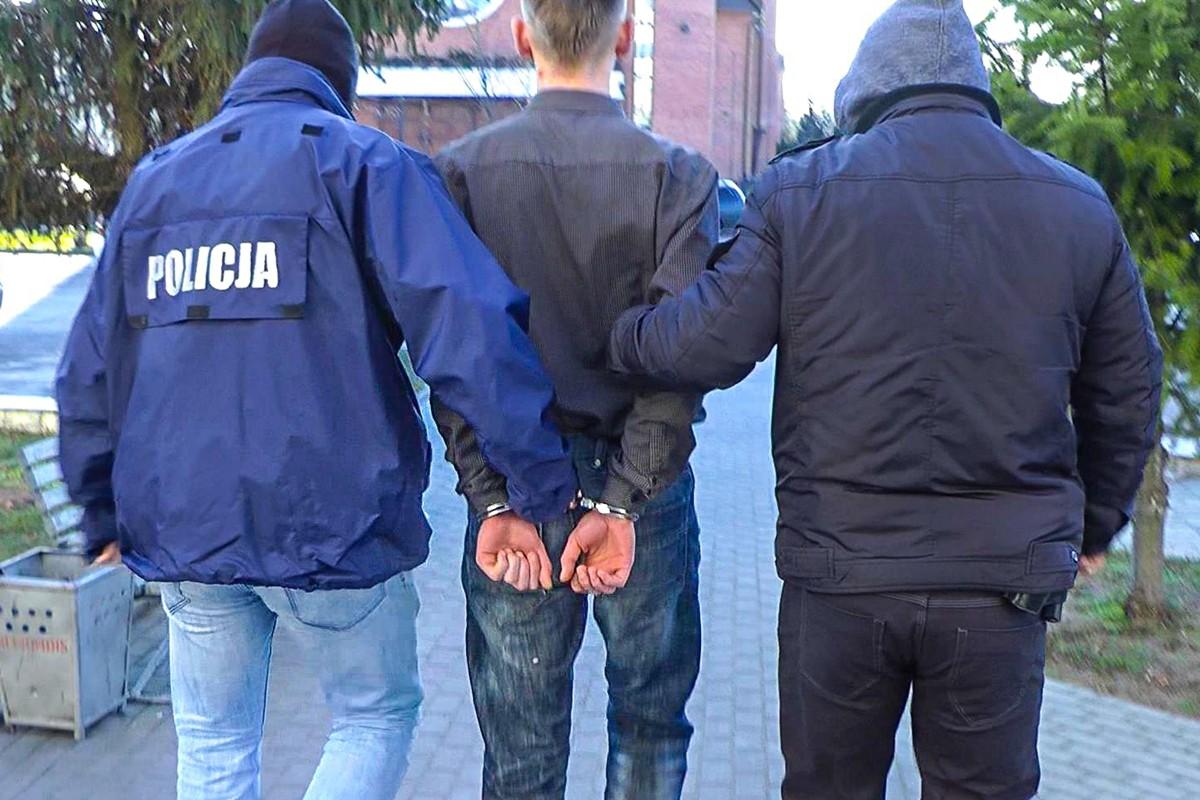 policjanci prowadza zatrzymanego