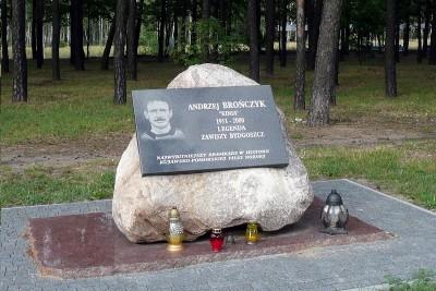 1200px-Andrzej_Bronczyk_memorial