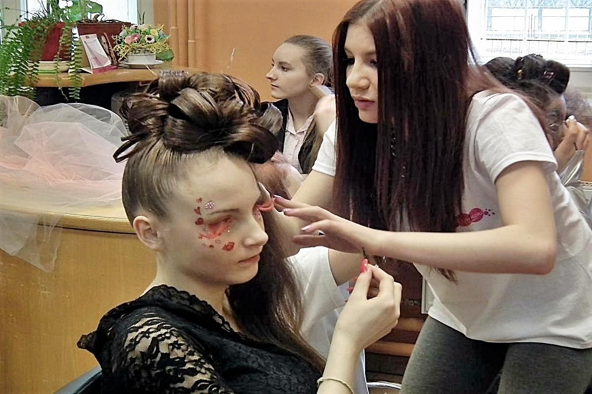 Dzwi otwarte w szkole fryzjerskiej