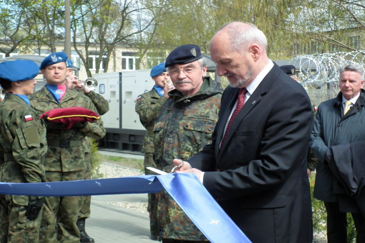NFIU Bydgoszcz. Przecina wstegę Antonii Macierewicz