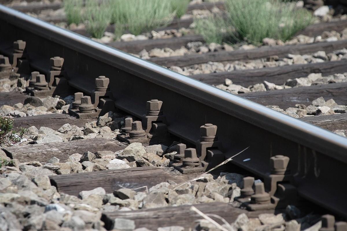 railroad-tracks-932795_1280