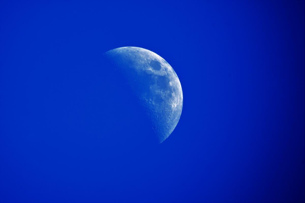 Księżyc widziany przez teleskop