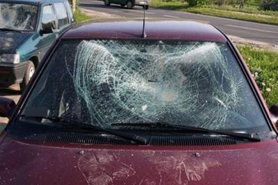 zniszczony samochód, wandale - policja