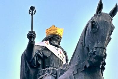 pomnik Kazimierza Wielkiego, korona - SG