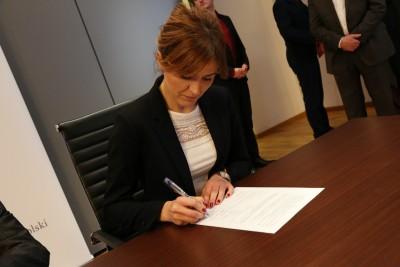 Witkowska podpisuje