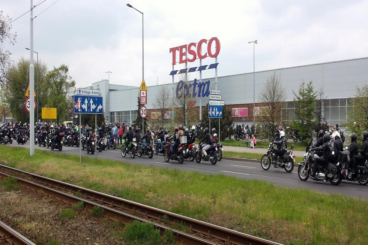Parada motocykli ruszy spod Tesco.