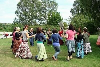 Tańce w kręgu. Fot. ajde-jano.pl