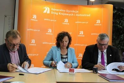 podpisanie umowy, łącznik obwodnicy inowrocławia - fot gddkia