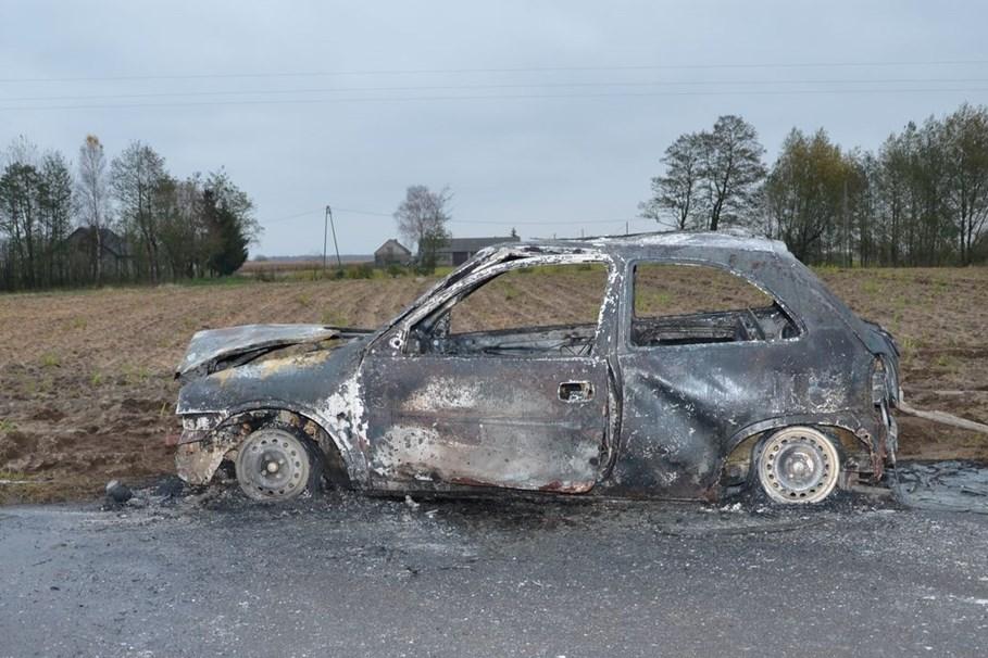 spalony samochód, zwłoki - kpp policji (2)