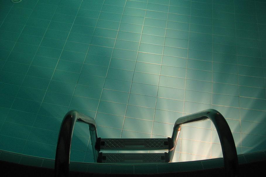 basen_plywanie_drabinka_FreeImages