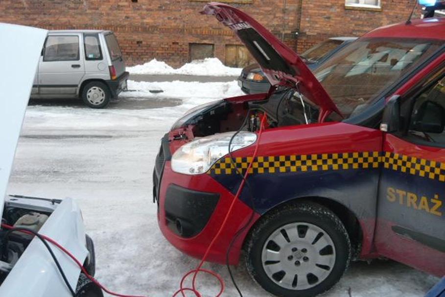 straż miejska, uruchomienie samochodu, zima - mat. prasowe SM