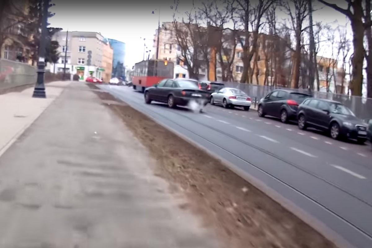 audi_chodkiewicza_wyprzedzanie_tramwaju_BB