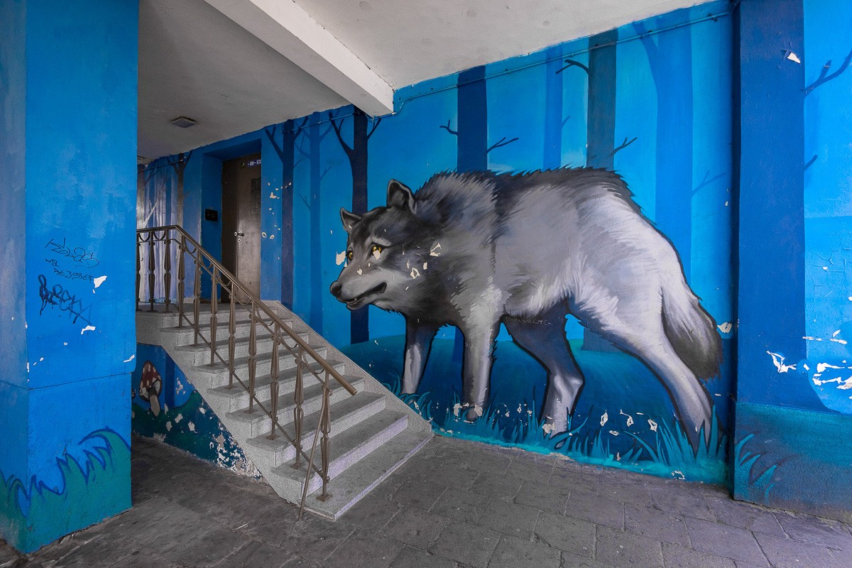 """Mural """"Czerwony Kapturek i Wilk"""" autorstwa Natalii Rak jednej z najbardziej znanych artystek street artu w Polsce  znajdujący się na Warszawskich Bielanach."""