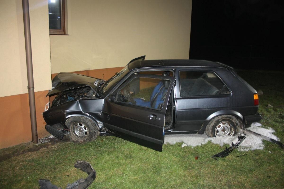 wypadek_złotniki kujawskie - auto uderzyło w dom_KPP Inowrocław