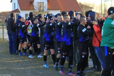 GLKS Dobrcz-Zawisza Bydgoszcz_ piłkarze i kibice_AR