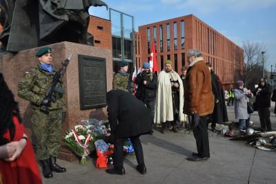 happening przy pomniku króla Kazimierza Wielkiego - składanie kwiatów_Bruski, Jasiakiewicz_SF