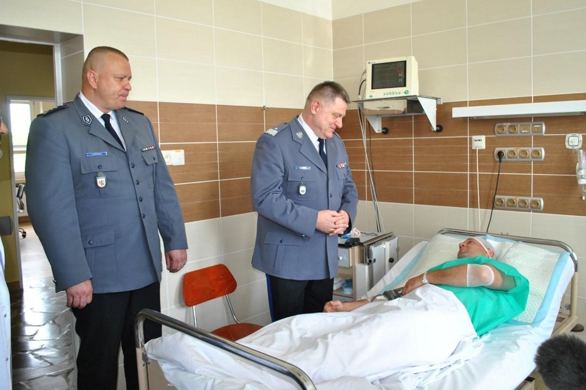 Komendant Wojewódzki Policji_ odwiedziny w szpitalu poszkodowanego policjanta po interwencji w Biskupinie_ KWP Bydgoszcz (1)