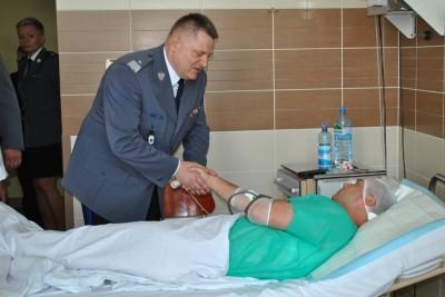 Komendant Wojewódzki Policji_ odwiedziny w szpitalu poszkodowanego policjanta po interwencji w Biskupinie_ KWP Bydgoszcz
