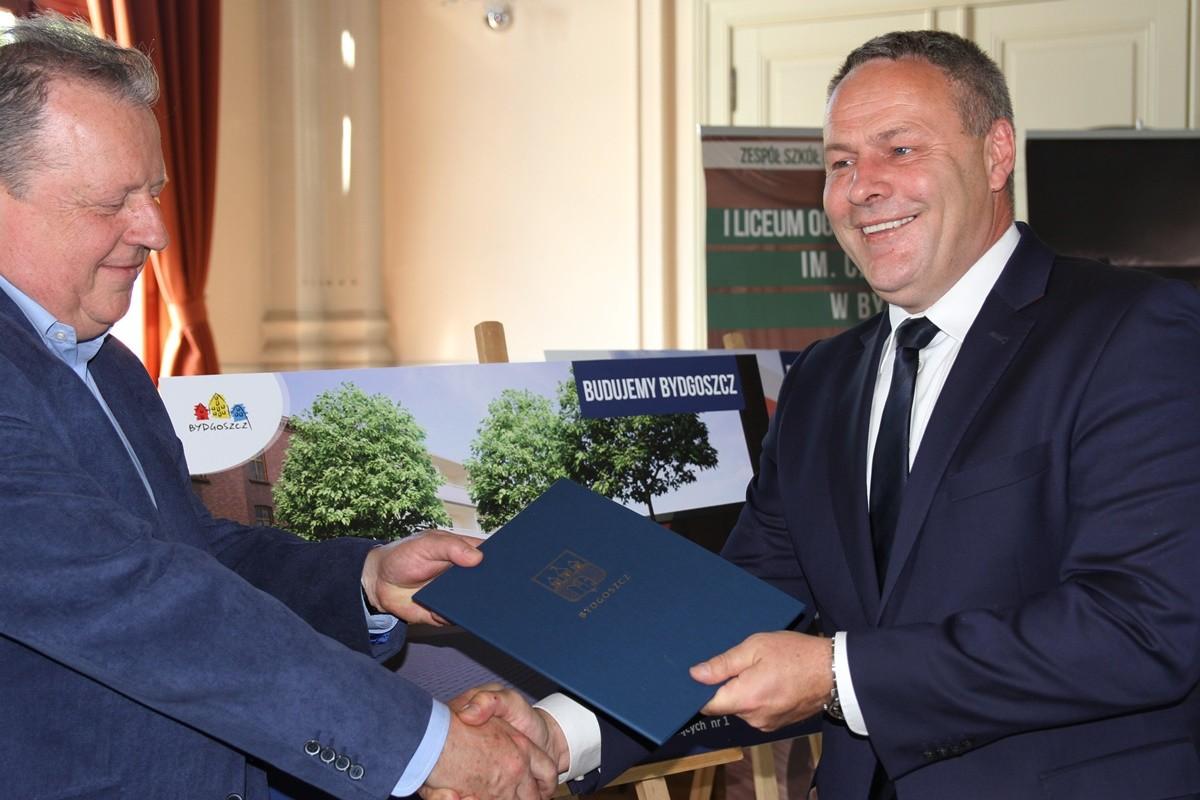 Zbigniew Jasiecki (Kontbud)_ Rafał Bruski (prezydent Bydgoszczy)_ podpisanie umowy na budowę hali przy I LO Bydgoszcz_ SG
