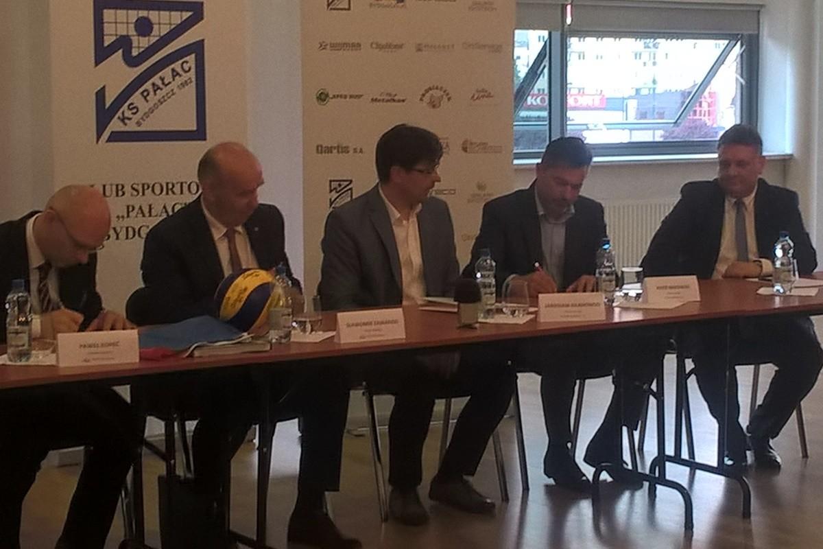 Paweł Kopeć, Sławomir Zawadzki (Bank Pocztowy), Jarosław Kilanowski, Piotr Makowski (Pałac Bydgoszcz), Piotr Król (PiS) - podpisanie umowy Pałacu z Bankiem Pocztowym_ SF