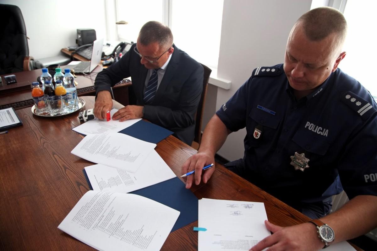 podpisanie umowy na remont budynku KMP w Bydgoszczy_ KWP Bydgoszcz-nadesłane