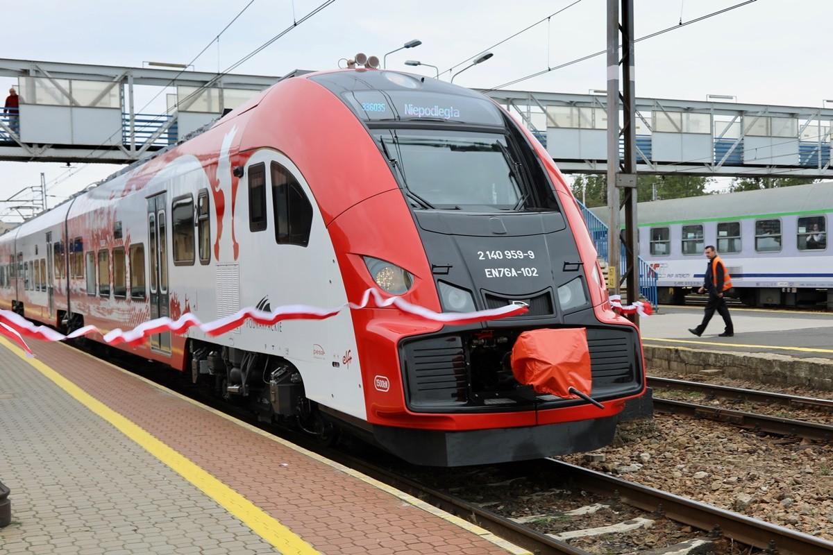 Elf2_ Pesa Bydgoszcz - przekazanie pociągów do woj. podkarpackiego_ UM woj. podkarpackiego (1)
