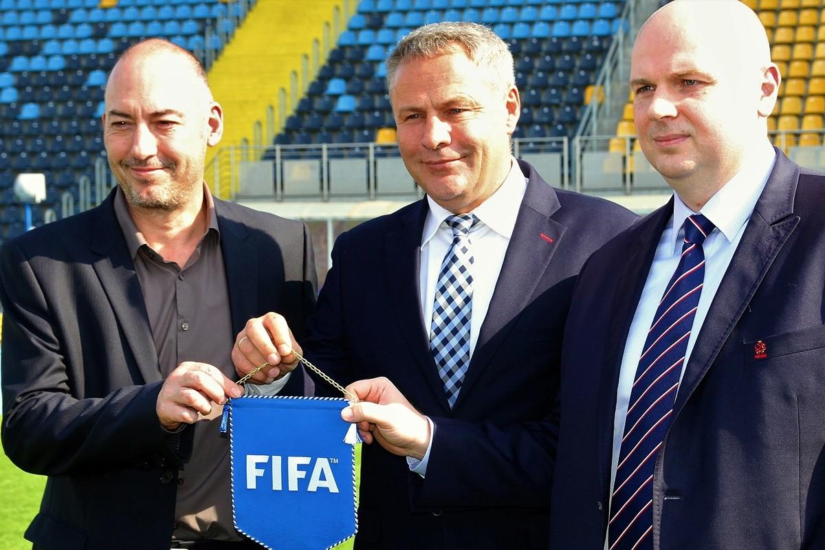 Jaime Yarza (FIFA), Rafał Bruski (prezydent Bydgoszczy), Marek Doliński (dyrektor MŚ U-20 w piłce nożnej)_ inspekcja stadionu Zawisza Bydgoszcz_ SG