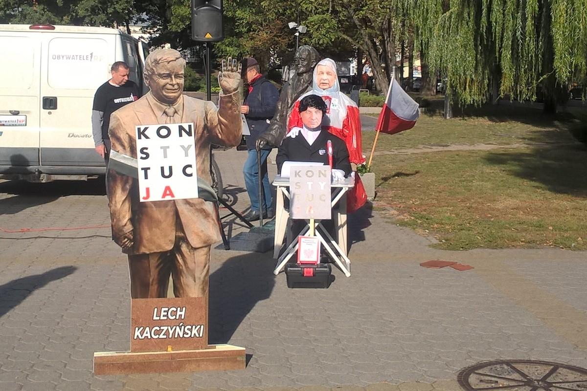 demonstracja KOD i Obywateli RP_ pomnik Lecha Kaczyńskiego przed Filharmonią Pomorską Bydgoszcz_ SF