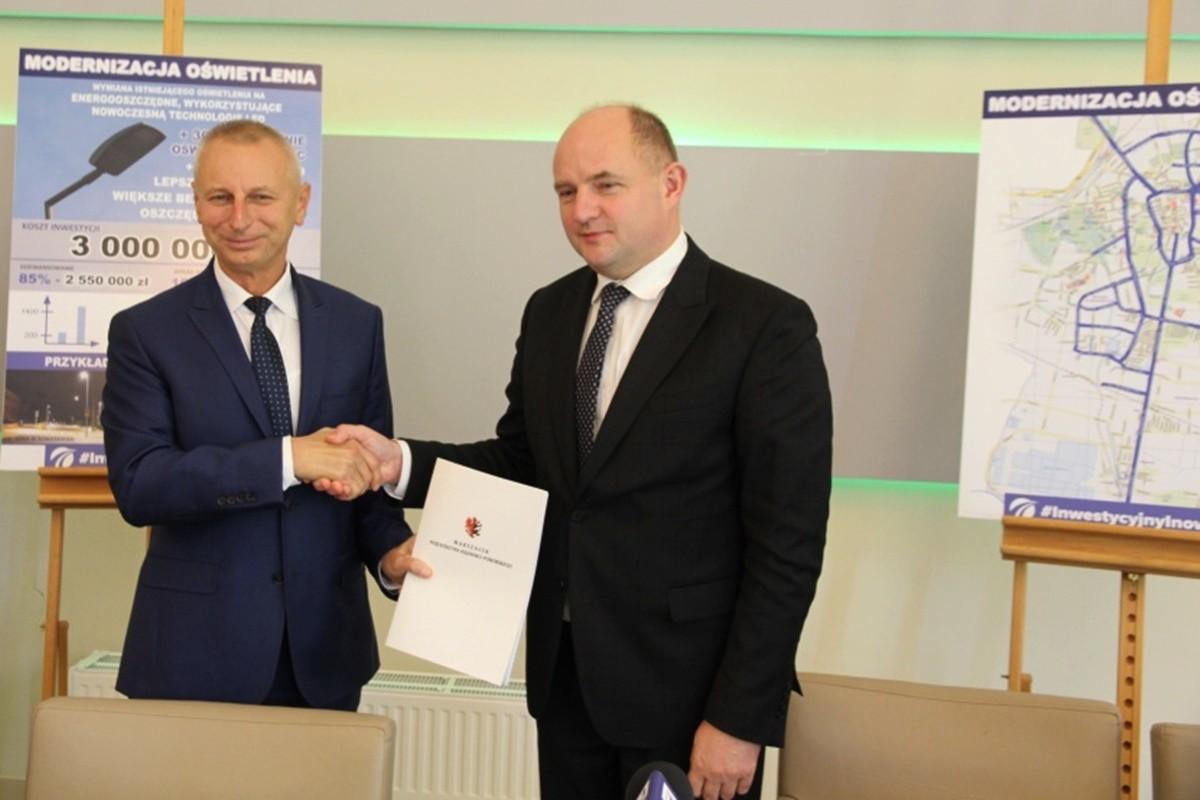 Ryszard Brejza, Piotr Całbecki - podpisanie umowy_ Świetlny Inowrocław_ UM Inowrocław-1