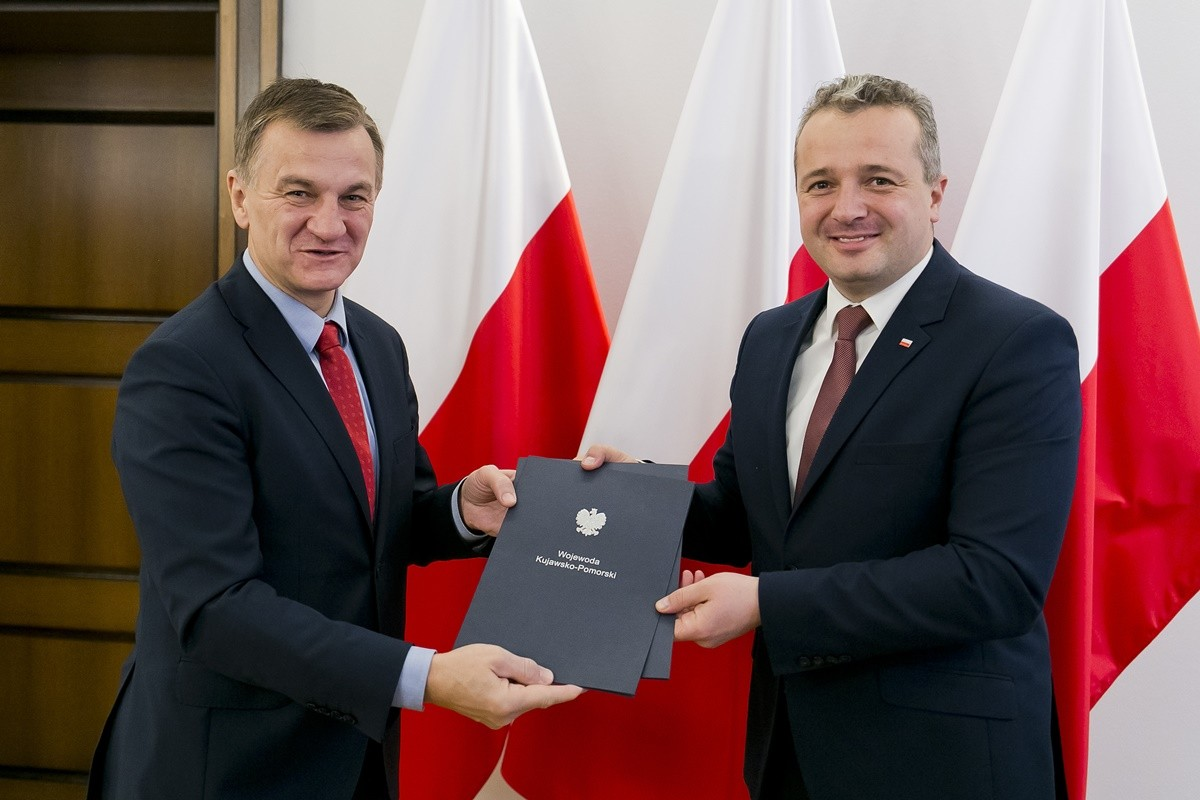 Sławomir Napierała, Mikołaj Bogdanowicz_ podpisanie umowy na dofinansowanie budowy Szkoły Podstawowej w Paterku_ K-P UW