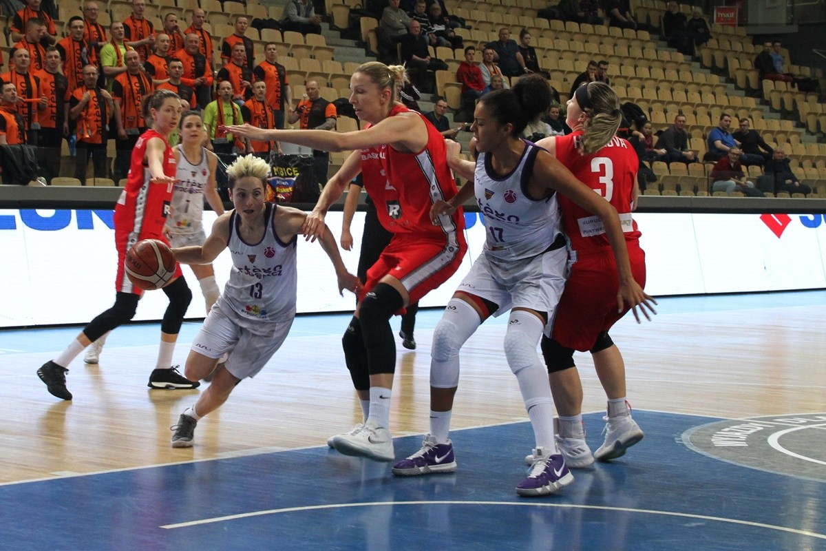 FIBA EuroCup_ Artego Bydgoszcz - CEZ Basketball Nymburk_ Julie McBride - SF