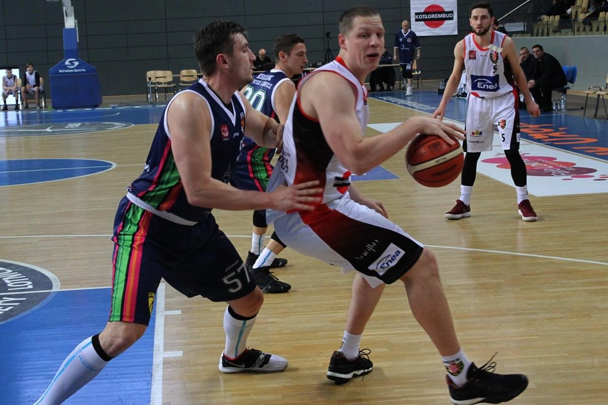 I liga koszykarzy_ Enea Astoria Bydgoszcz - Księżak Syntex Łowicz_ Jakub Dłuski - Łukasz Ratajczak_ SF
