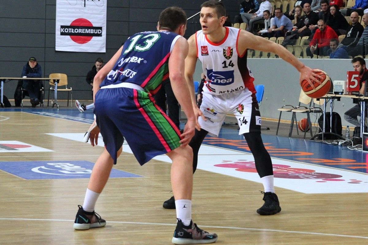 I liga koszykarzy_ Enea Astoria Bydgoszcz - Księżak Syntex Łowicz_ Mikołaj Grod - Maciej Strzelecki_ SF