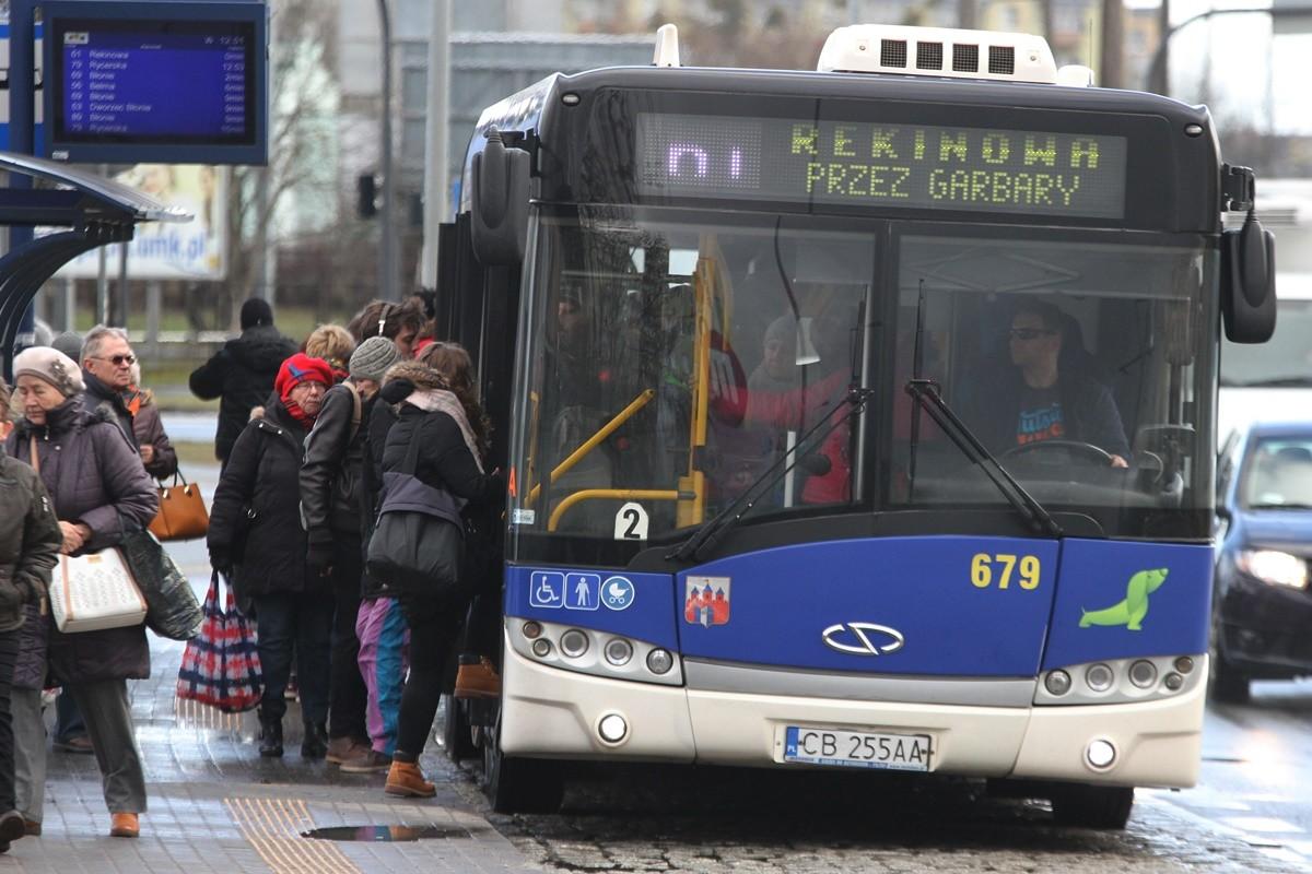 Autobus_ linia 61 - kierunek Rekinowa (przez Garbary)_ przystanek Wojska Polskiego - Ujejskiego_ SF