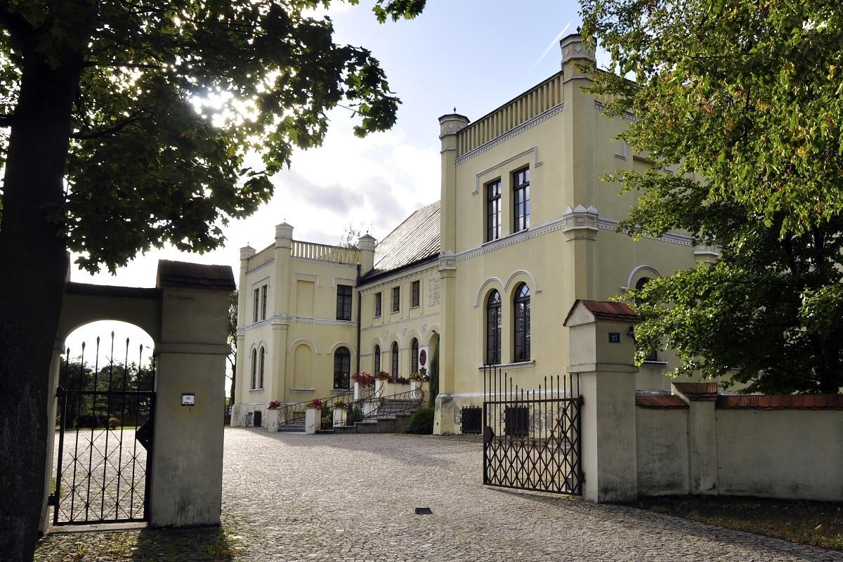 Zespół_dworski_Pałac_Żołędowo_Wolskaola-wikimedia