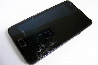 uszkodzony_telefon_gwarancja_FreeImages