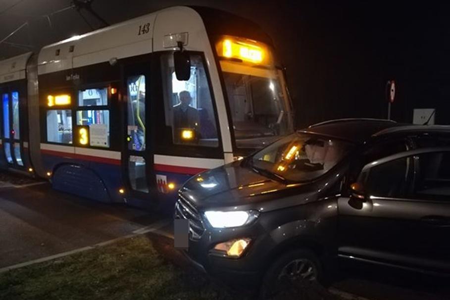 22-10-2019_ kolizja tramwaj, samochód Akademicka - Romanowskiej_ nadesłane