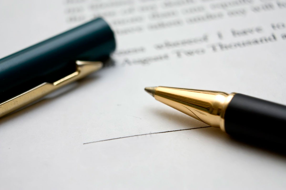 dokument_testament_podpis_dlugopis_FreeImages