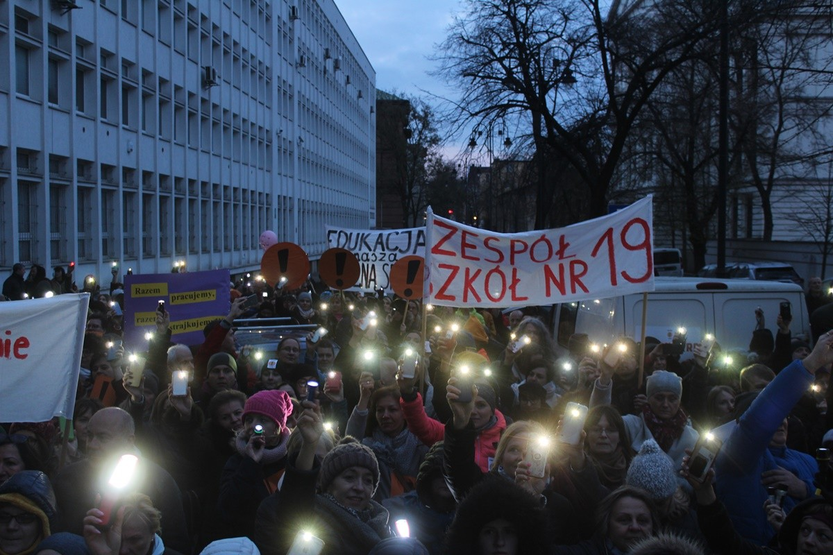 12-04-2019 Łańcuch Światła z Wykrzyknikiem - przed Kuratorium Oświaty w Bydgoszczy - JS (45)