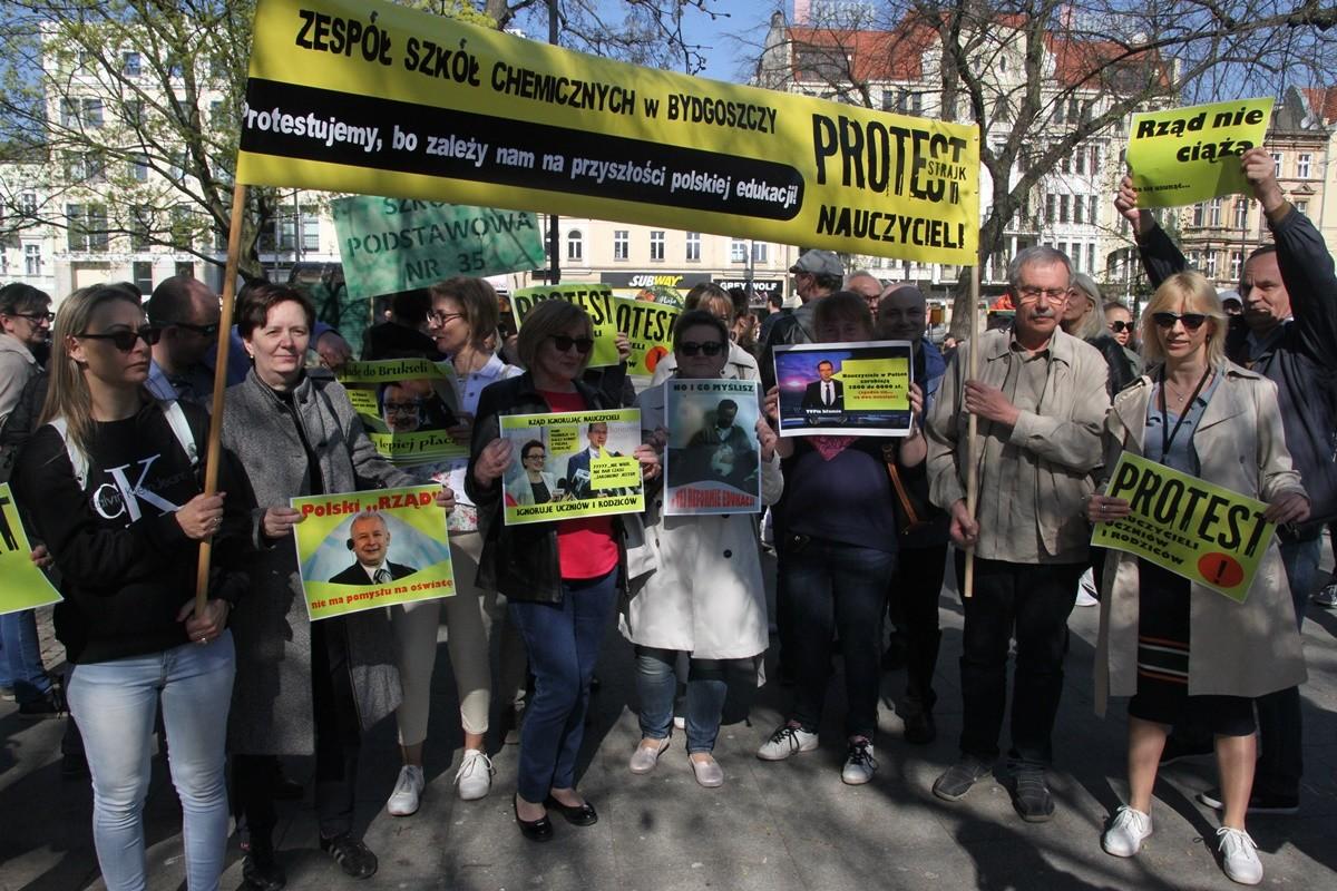 18-04-2019 Pikieta wsparcia dla protestujących nauczycieli - plac Wolności Bydgoszcz - SF (4)