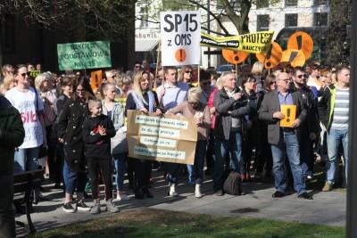 18-04-2019 Pikieta wsparcia dla protestujących nauczycieli - plac Wolności Bydgoszcz - SF (8)