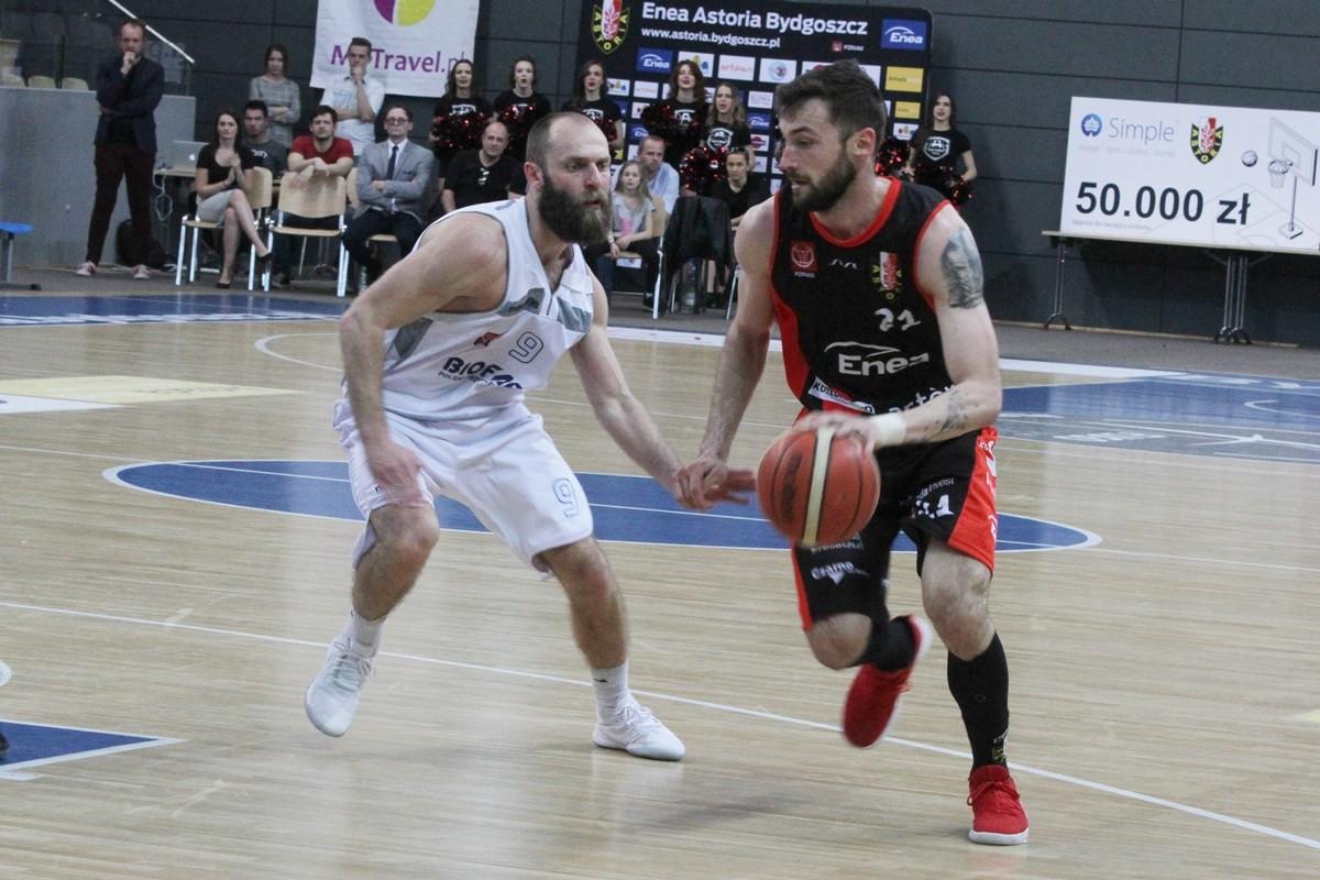 I liga koszykarzy - II mecz ćwierćfinałowy Enea Astoria Bydgoszcz - Biofarm Basket Poznań_ Paweł Śpica - Marcin Flieger - SF