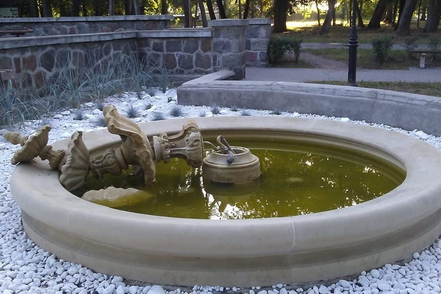 zniszczona fontanna