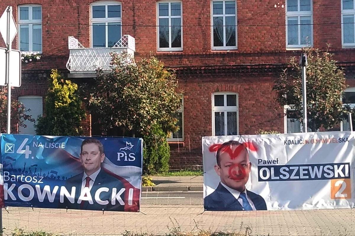 zniszczony banner wyborczy Pawła Olszewskiego - Koronowo