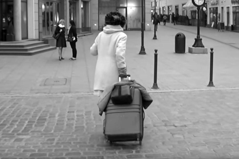 kobieta z walizka, fragment nagrania