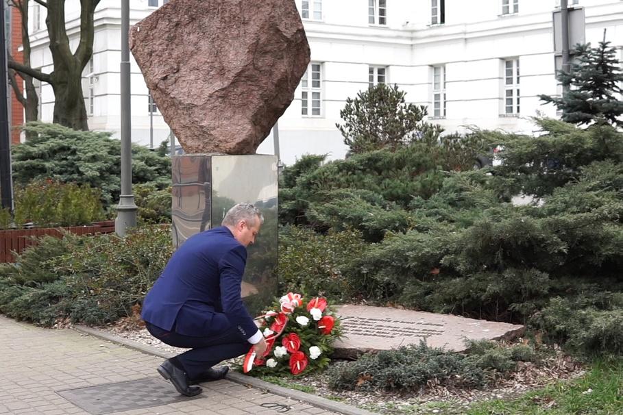 19-03-2020_ 39 rocznica Bydgoskiego Marca 1981_ Mikołaj Bogdanowicz, kwiaty, obelisk - Jagiellońska 3 - Kujawsko-Pomorski Urząd Wojewódzki