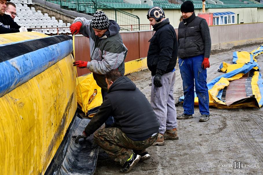 29-02-2020_ Sportowa 2, stadion Polonii - montaż dmuchanych band_ Emilia Hamerska-Lengas (3)