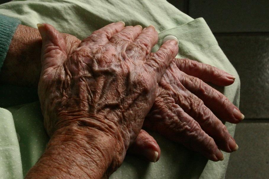 dłonie, seniorzy, samotnosc - wikipedia