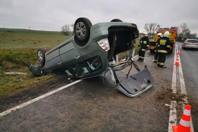 wypadek_buszkowo_DK25_dachowanie_070320_002_KAndruszczenko
